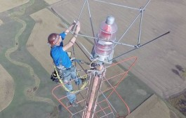 Man Climbs 1,500 Foot TV Tower To Change A Lightbulb